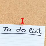 Доска памяти пробочки с пустым куском бумаги, сделать список, доска объявлений, квадратный формат стоковые фото