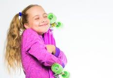 Доска пенни владением ребенка Выберите скейтборд которому взгляды большие и также едут большой Доска Пенни ее мечты Самый лучший  стоковые фотографии rf