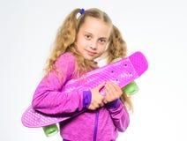 Доска пенни владением ребенка Доска Пенни ее мечты Выберите скейтборд которому взгляды большие и также едут большой Самый лучший  стоковая фотография rf
