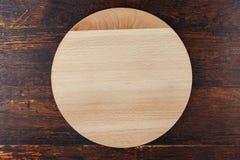Доска пиццы на деревянной предпосылке Стоковое фото RF