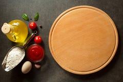 Доска пиццы на таблице Стоковое фото RF