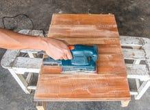 Доска древесины заполированности электрического шлифовального прибора пользы плотника Стоковые Фотографии RF