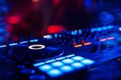 Доска регулятора DJ смесителя музыки для профессиональный смешивать электронной музыки стоковое фото rf
