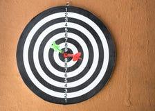 Доска дротика с стрелкой дротиков в центре цели Стоковая Фотография