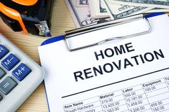 Доска сзажимом для бумаги с вычислениями бюджета о домашней реновации стоковая фотография rf