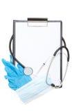 Доска сзажимом для бумаги с листом чистого листа бумаги и медицинские поставки изолировали o Стоковая Фотография