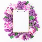 Доска сзажимом для бумаги, тюльпаны и сирень разветвляют на розовой предпосылке Плоское положение, взгляд сверху Концепция блога  Стоковое Изображение RF
