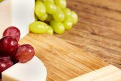 Доска сыра на деревянном столе Стоковая Фотография RF