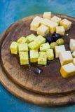 Доска сыра с оливками разные виды сыра Стоковые Фото