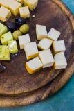 Доска сыра с оливками разные виды сыра Стоковое Изображение