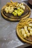 Доска сыра с оливками разные виды сыра Стоковые Изображения RF