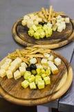 Доска сыра с оливками разные виды сыра Стоковая Фотография