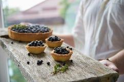 Доска с пирожными и пирогом голубики Стоковые Изображения