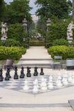 Доска улицы с черно-белыми chessmen в летнем дне в парке Стоковое Изображение