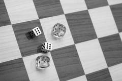 доска шахмат оправляется dices Стоковая Фотография