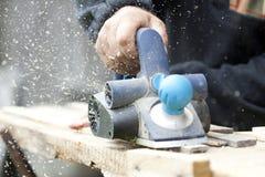 Доска sawing работника деревянная в мастерской Стоковое фото RF