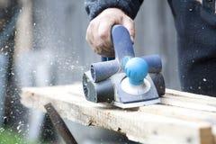 Доска sawing работника деревянная в мастерской Стоковые Фотографии RF