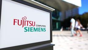 Доска signage улицы с логотипом компьютеров Fujitsu Limited Сименса Запачканный центр офиса и идя предпосылка людей редакционо Стоковое Изображение RF