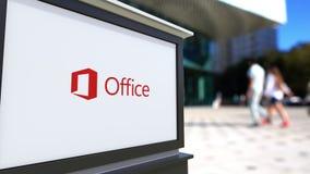 Доска signage улицы с логотипом Майкрософт Офис Запачканный центр офиса и идя предпосылка людей Редакционное 4K 3D видеоматериал