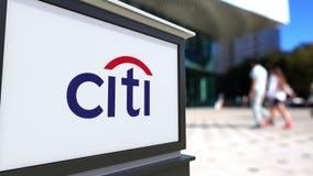 Доска signage улицы с логотипом Citigroup Запачканный центр офиса и идя предпосылка людей Редакционный перевод 3D бесплатная иллюстрация