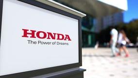 Доска signage улицы с логотипом Honda Запачканный центр офиса и идя предпосылка людей Редакционный перевод 3D иллюстрация вектора
