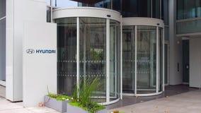 Доска signage улицы с логотипом Hyundai Мотора Компании строя самомоднейший офис Редакционный перевод 4K 3D акции видеоматериалы