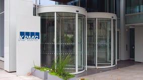 Доска signage улицы с логотипом KPMG строя самомоднейший офис Редакционный перевод 4K 3D акции видеоматериалы