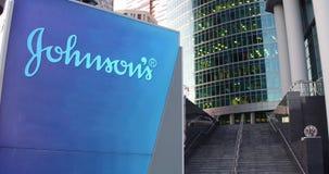 Доска signage улицы с логотипом ` s Джонсона Современные небоскреб центра офиса и предпосылка лестниц Редакционный перевод 3D бесплатная иллюстрация