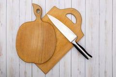 2 доски деревянных кухни прерывая с ножом Стоковые Изображения RF