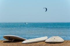 Доски для серфинга на побережье стоковые фотографии rf