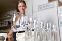доставка с обслуживанием dishes стекла Стоковые Фото