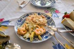 Достаточная таблица славно положенная таблица с очень вкусной едой стоковые фотографии rf