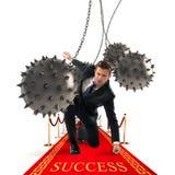 Достигаемость бизнесмена успех стоковое фото