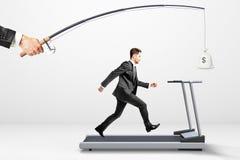Достигните концепцию цели при бизнесмен бежать на третбане для стоковые изображения rf