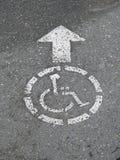 достигните кресло-коляскы знака Стоковые Фото