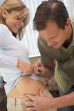 достигните снадобиь помогать впрыскивает pregnanc человека к женщине Стоковое Фото