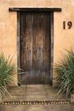Достигшая возраста деревянная дверь установила в терракотовую стену 19 стоковая фотография rf