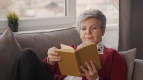 Достигшая возраста книга удерживания женщины в ее руках видеоматериал