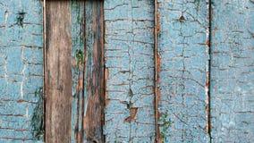 Достигшие возраста деревянные планки с треснутый бледнеют - голубая краска стоковая фотография