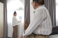 Достигшие возраста пары в гостиничном номере стоковые изображения rf
