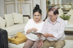 Достигшие возраста пары в зале гостиницы стоковые фотографии rf