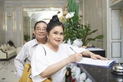Достигшие возраста пары на приеме гостиницы стоковые фото