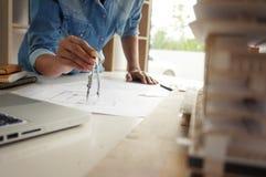 Достижение дизайнера по интерьеру коллег корпоративное планируя Desi стоковое изображение