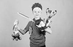 Достижение свое собственное вознаграждение церемония вручения премии Счастливая чашка чемпиона владением спортсмена ребенка e Фит стоковое изображение rf