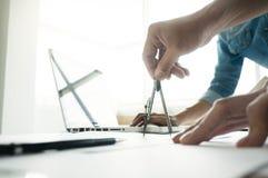 достижение сотрудничества дизайнера по интерьеру корпоративное планируя Des Стоковое Фото