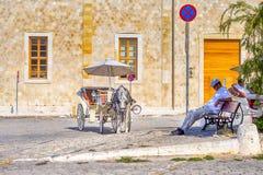 Достопримечательности Chania с кабинами верховой езды и классики в Chania, в августе стоковые фото