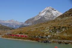 Достопримечательность: Отключение поезда всемирного наследия ЮНЕСКО в швейцарских Альп на Bernina Hospitz до ледникового озера стоковое изображение