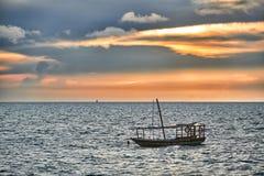 Доу отбрасывает в море на заходе солнца Стоковое Изображение RF