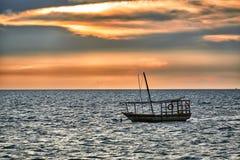 Доу отбрасывает в море на заходе солнца Стоковое Фото