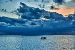 Доу отбрасывает в море на заходе солнца Стоковые Фотографии RF